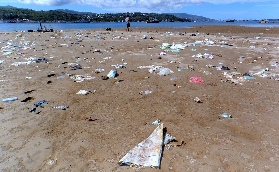A common look at today's beach in Indonesia: Plastic trash everywhere. Picture by Oka Dwi P.
